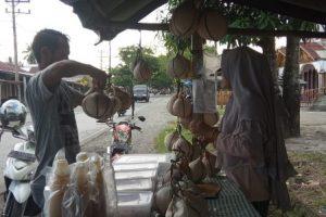 Nikmatnya Kelapa Muda Bakar Khas Aceh Barat