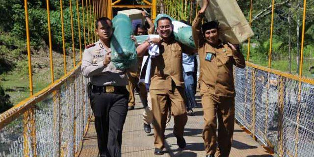 Tim Peduli Masjid Aceh Barat Serahkan Bantuan ke Sikundo