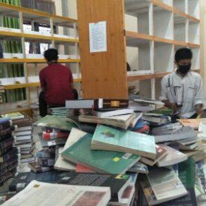 Relawan Aceh Library Consultant sedang sibuk melakukan shelving buku 520x293