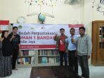 foto bersama dengan Kepala Sekolah dan Koordinator Perpustakaan 1040x585 520x293