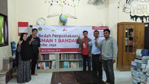 foto bersama dengan Kepala Sekolah dan Koordinator Perpustakaan 1040x585