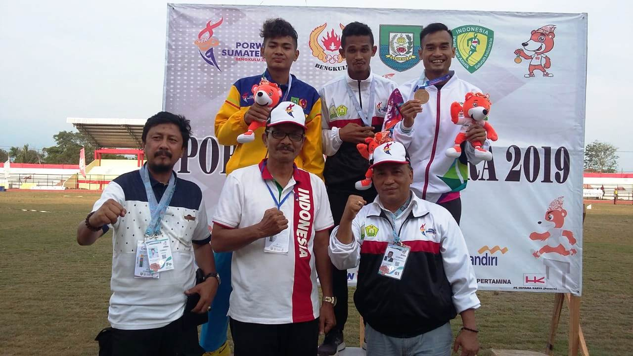 Ketua Kontingen Aceh pengalungan medali atletik 2