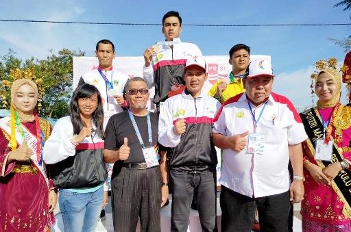 sekum koni aceh saat mengalungkan medali peraih medali emas cabor renang 2
