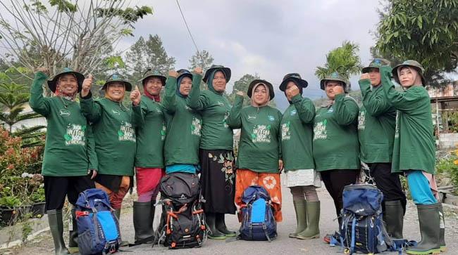 Women Ranger Team Posing Before Patrol