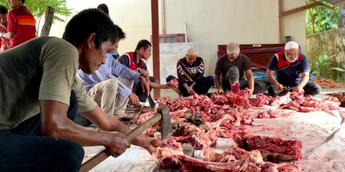 Pegawai Kemenag Aceh Barat sedang memotong daging kurban, Selasa 21 Juli 2021.
