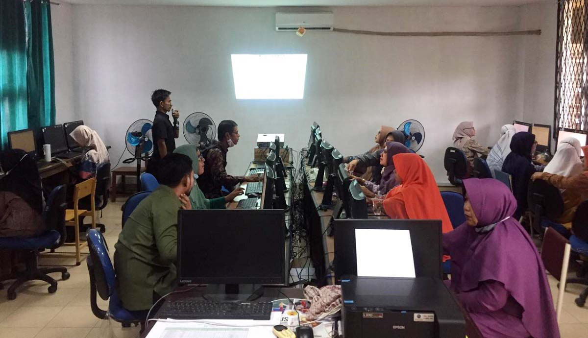 Guru SMPN 16 Banda Aceh Dilatih Media Pembelajaran Daring
