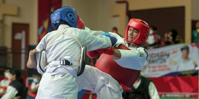 Maisarah atlet Kempo Aceh (merah) melawan Nor Lolita May dari Riau (biru) saat berlaga di semifinal Randori putri kelas 55kg, Selasa 12 Oktober 2021. (BASAJAN.NET/PB PON XX PAPUA-M. Basry Rusman).